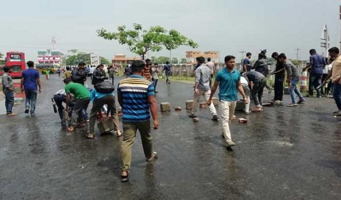 ভিসির পদত্যাগ দাবিতে বরিশাল-পটুয়াখালী মহাসড়কে বরিশাল বিশ্ববিদ্যালয়ের শিক্ষার্থীদের অবরোধ