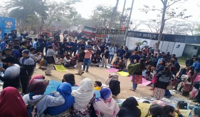 শিক্ষার্থীদের বিক্ষোভে অচল কবি নজরুল বিশ্ববিদ্যালয়
