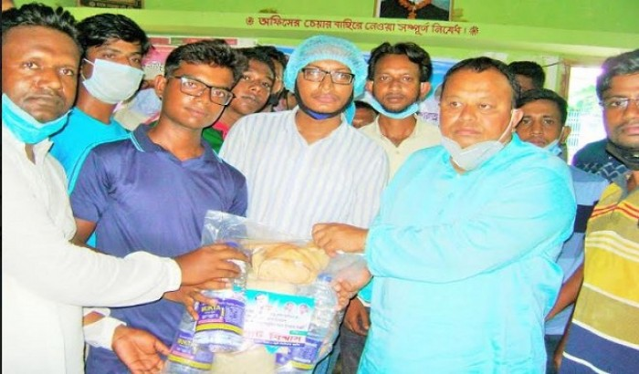 বিশ্ববিদ্যালয় শিক্ষার্থীদের মাঝে এমপি বাবু'র খাদ্য সামগ্রী বিতরণ