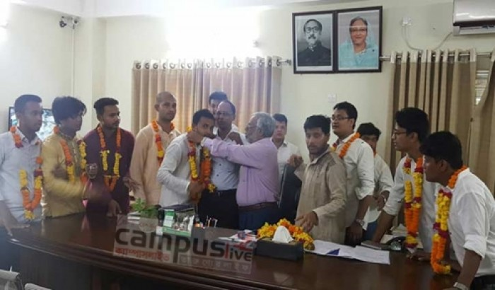 চট্টগ্রাম কলেজ ছাত্রলীগ নেতাদের প্রিন্সিপালের সঙ্গে শুভেচ্ছা বিনিময়